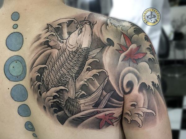 Điểm xuyến vài chếc lá thu rơi thêm màu sắc cho mẫu tattoo cá chép full lưng