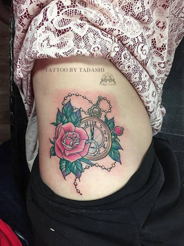 Hình xăm đồng hồ và hoa hồng đại diện cho tình yêu bền bỉ lứa đôi