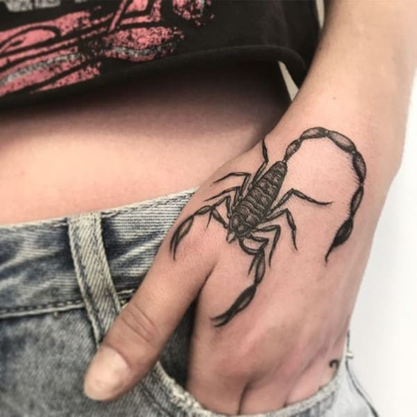 hình xăm bọ cạp nhỏ ở tay