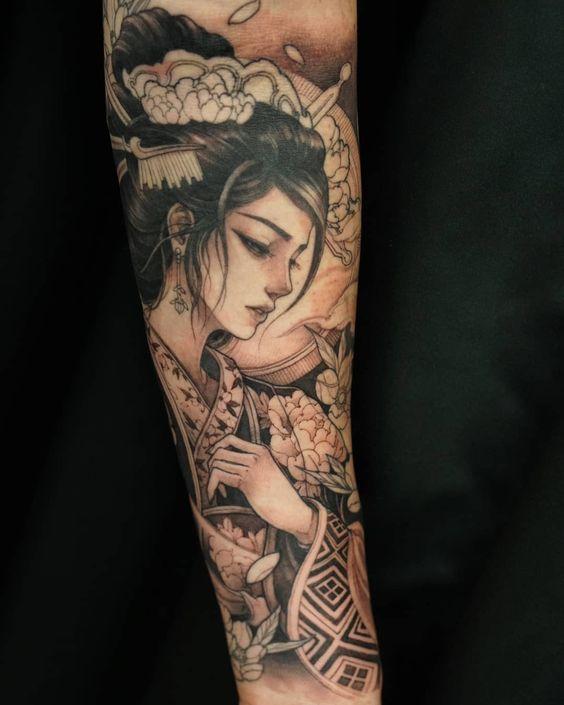 hình xăm geisha trắng đen trên cánh tay