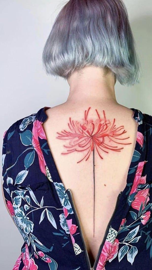 hình xăm hoa bỉ ngạn sau lưng