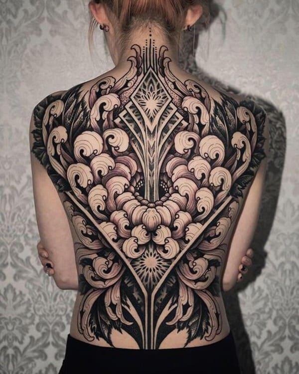 hình xăm hoa cúc kín lưng