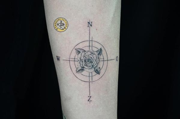 xăm hình hoa hồng la bàn trên cánh tay