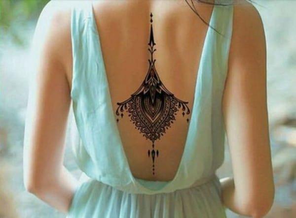 hình xăm mandala ở lưng cho nữ đẹp