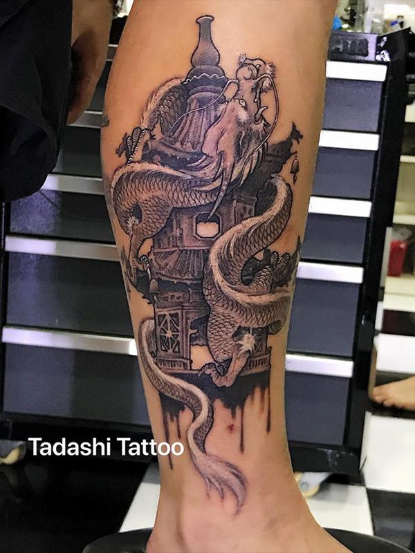 hình xăm rồng quấn tháp ở bắp chân