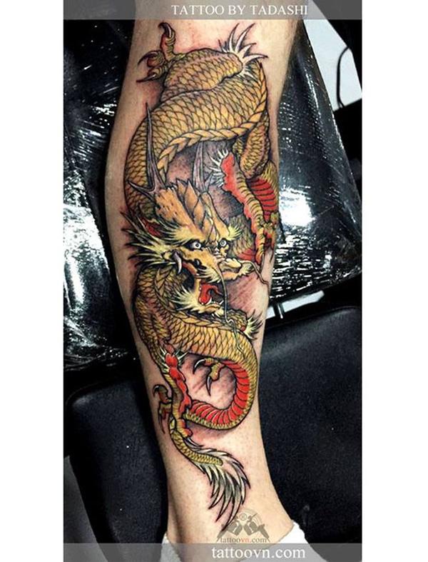 hình xăm con rồng màu vàng dưới bắp chân