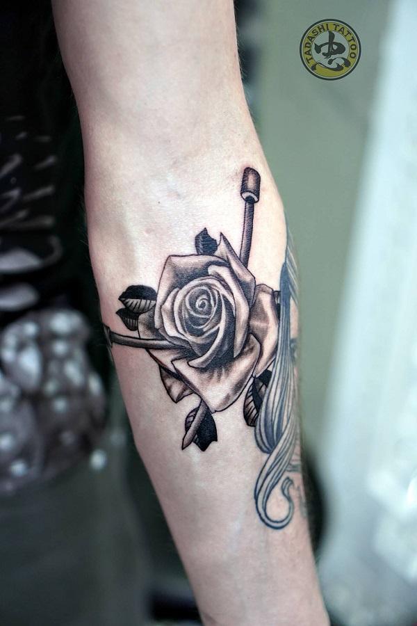 hình xăm hoa hồng cánh tay