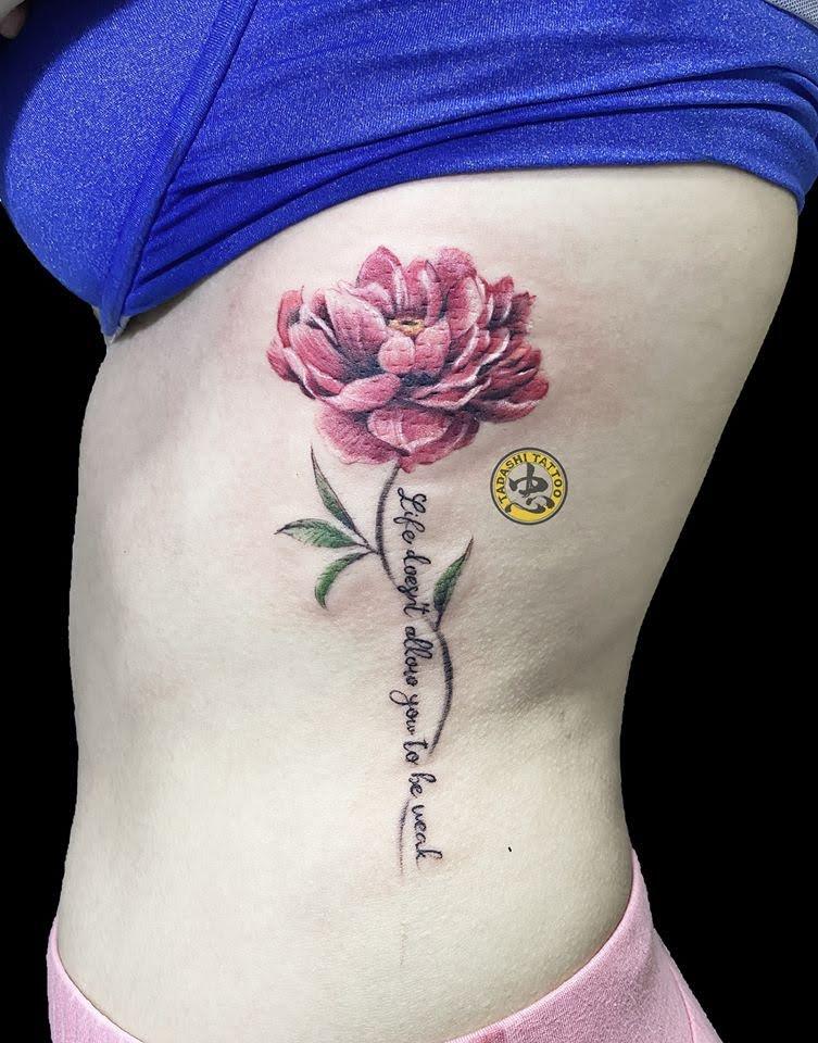 Xăm hình chữ tiếng anh và hoa trên vai cho nữ