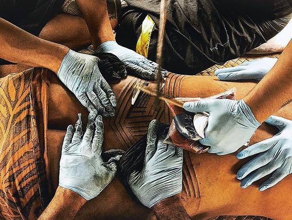 Cách thức xăm hình Samoa trong truyền thống.