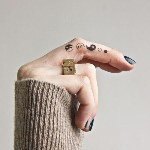 Xăm hình âm dương bát quái trên ngón tay