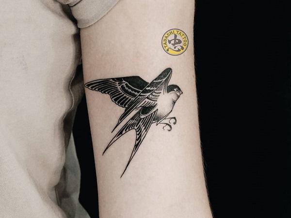 Hình xăm chim sẻ trên cánh tay được thực hiện bởi nghệ sĩ xăm hình Bukin