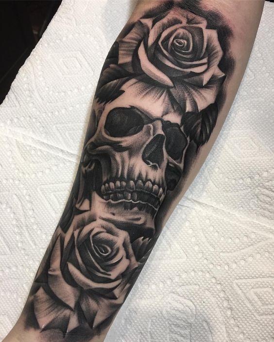 hình xăm đầu lâu hoa hồng trên tay