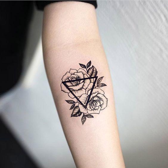 Mẫu hình xăm tam giác hoa hồng đẹp trên cánh tay