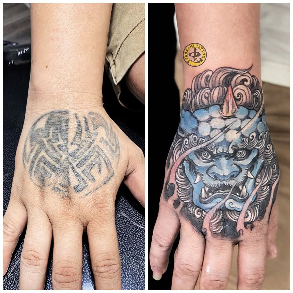 hình xăm kỳ lân trên bàn tay màu xanh