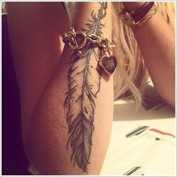 Hình xăm lông vũ nghệ thuật trên cánh tay dành riêng cho cô nàng cá tính