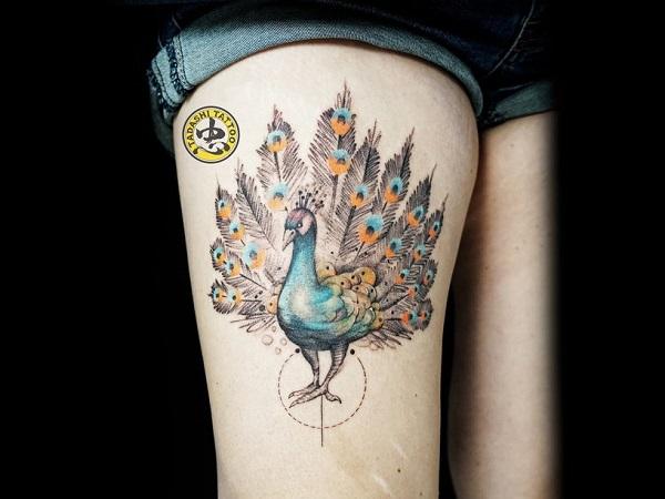 Hình xăm chim công trên đùi được thực hiện bởi nghệ sĩ xăm hình Kim Hiếu