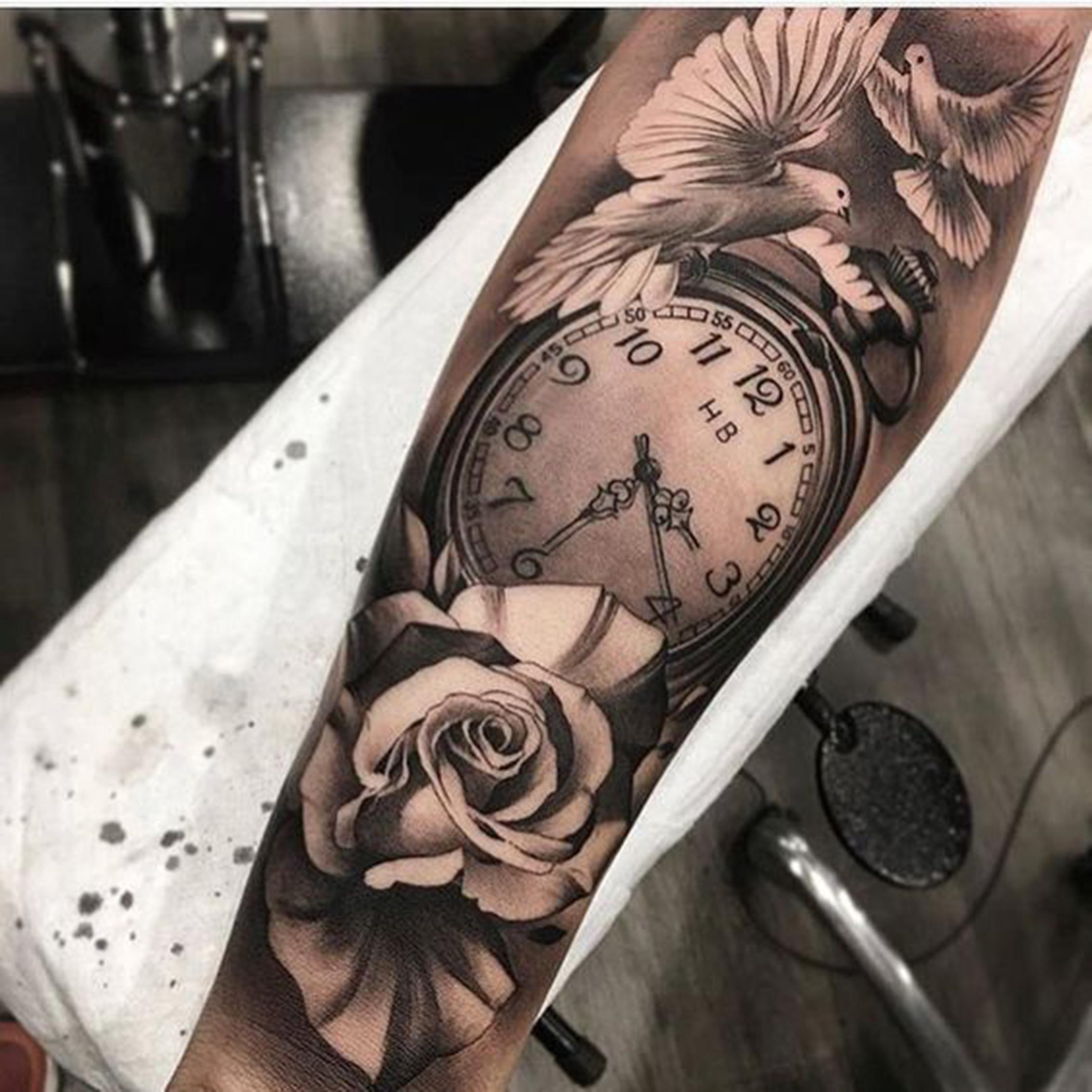 hình xăm đồng hồ hoa hồng đpẹ ở cánh tay