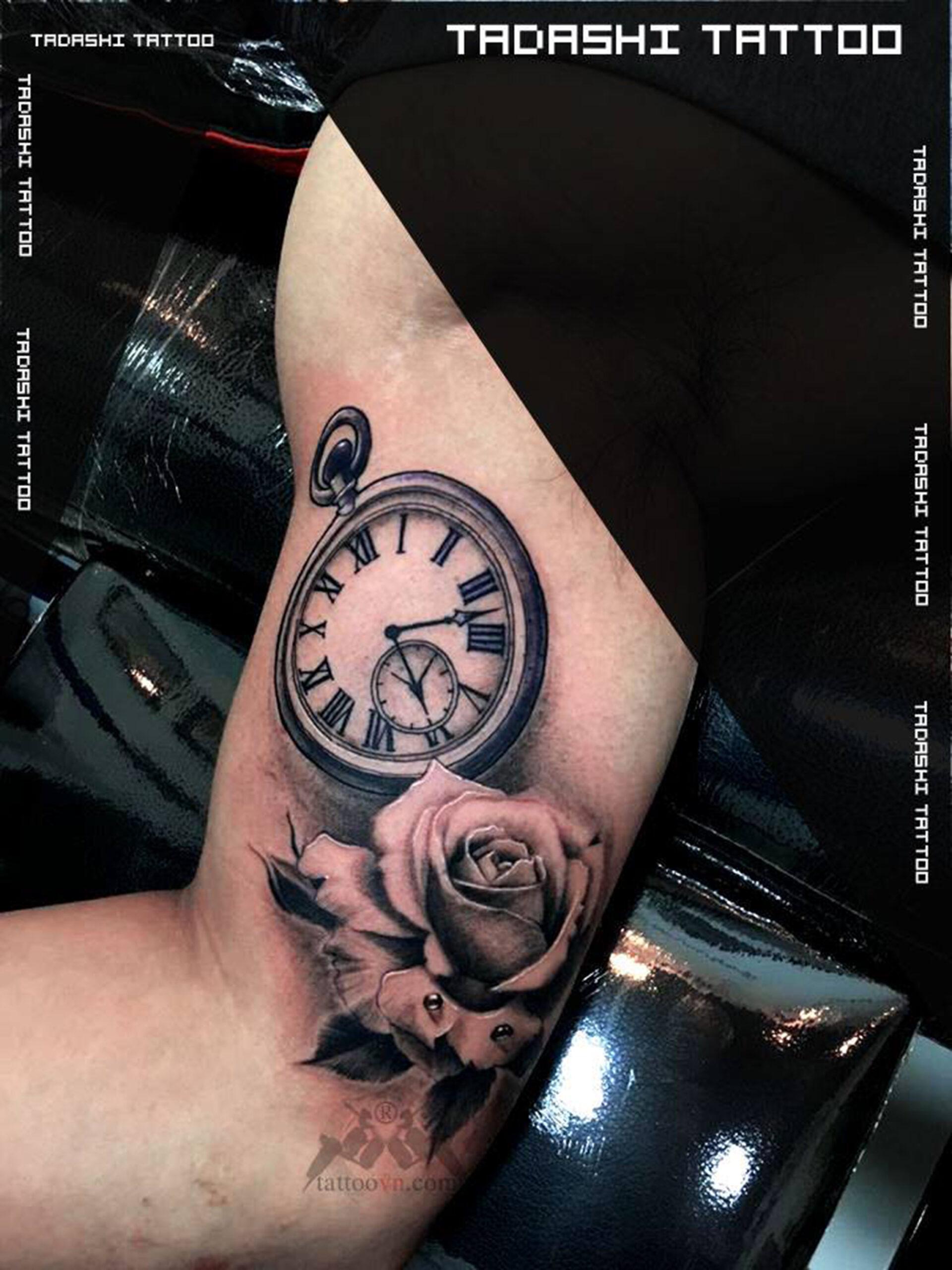 hình xăm đồng hồ hoa hồng ở bắp tay