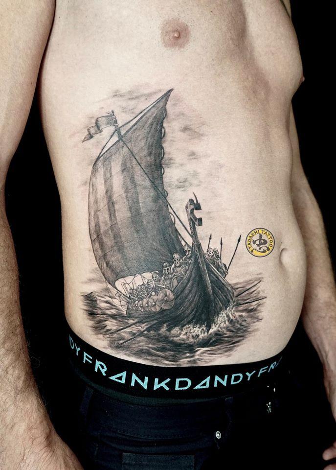 Màu đen và chủ đề thuyền phù hợp với người sinh 1980