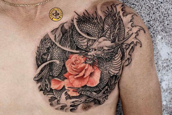 hình xăm con rồng cùng hoa hồng trước ngực hợp tuổi canh thân 1980 tại tadashi tattoo