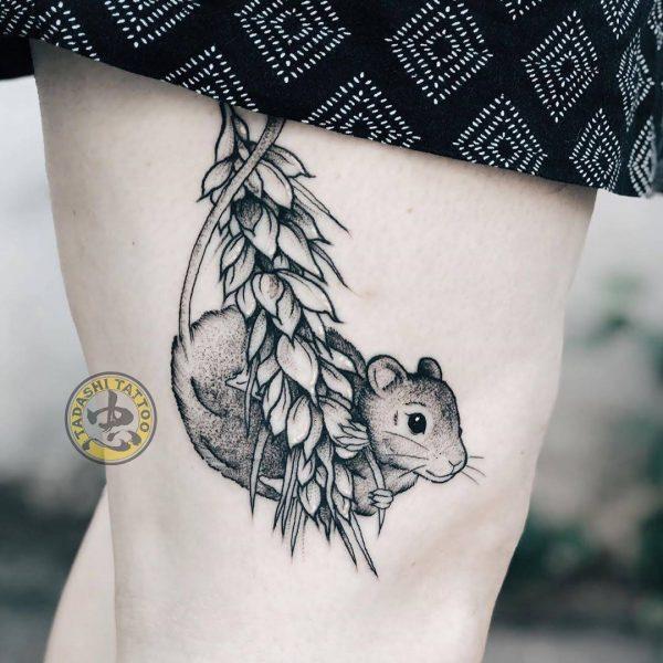 hình xăm chuột con dễ thương ở chân cho nữ giới canh thân