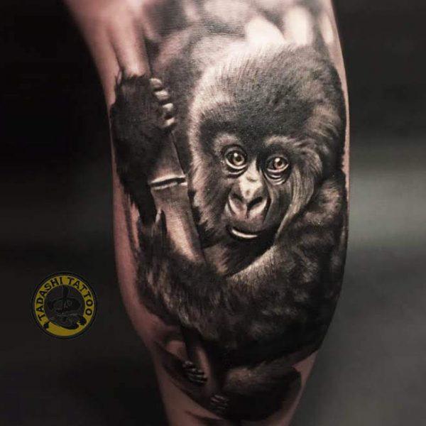 hình xăm con khỉ con ở bắp chân độc đáo cho tuổi canh thân