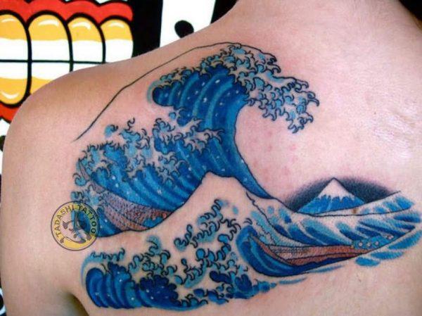 hình xăm sóng biển màu xanh dương cho người tuổi tân dậu