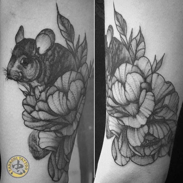 hình xăm con chuột ở bắp đùi cùng hoa hoa lá dễ thương nữ tính cho các bạn nữ tuổi nhâm tuất
