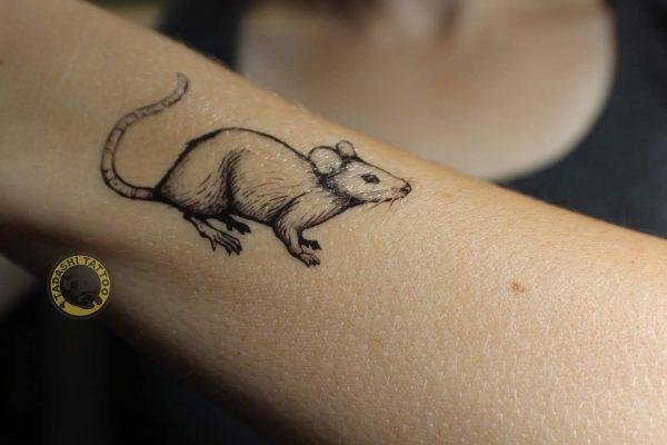 hình xăm con chuột ở cổ tay đơn giản tinh tế cho các bạn nữ sinh năm 1989