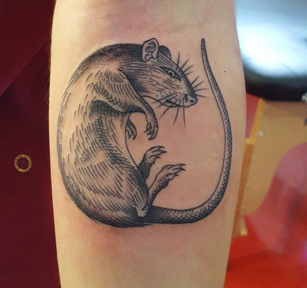 hình xăm con chuột ở bắp chân cho các bạn nam tuổi nhâm tuất 1982 độc đáo