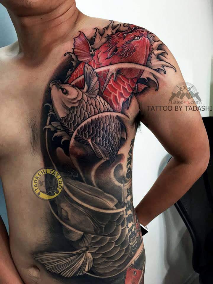 hình xăm cá chép đỏ nửa người cho nam giới canh ngọ
