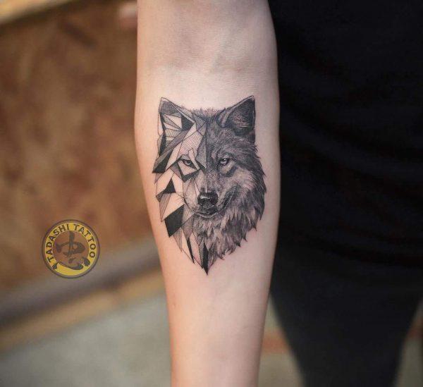 Hình xăm chó sói cũng là một trong những mẫu hình xăm hợp tuổi 1990 thích hợp dành cho các bạn nam tuổi Canh Ngọ