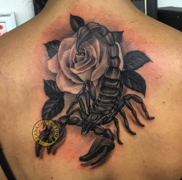 Hình xăm cung thiên yết trên lưng cách điệu cùng bông hoa hồng tuyệt đẹp