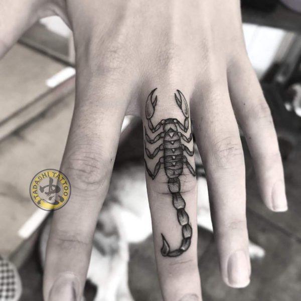 hình xăm cung thiên yết ở ngón tay độc lạ
