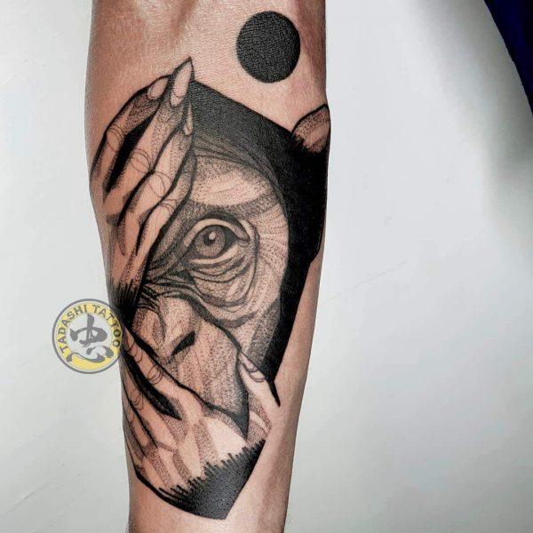 hình xăm con khỉ đơn giản tinh tế ở cánh tay cho các bạn nữ sinh năm 1982