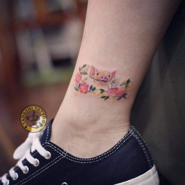 hình xăm chú heo con xinh xắn ở cổ chân cho những bạn nữ muốn kín đáo tuổi quý hợi