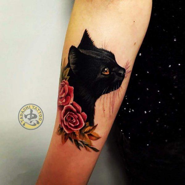 hình xăm mèo đen ở cánh tay cho sự may mắn tràn đầy của tuổi kỷ mão 1999