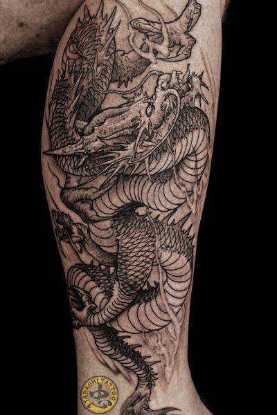 hình xăm con rồng ở bắp chân đầy quyền lực cho nữ giới sinh năm 1982 cá tính mạnh