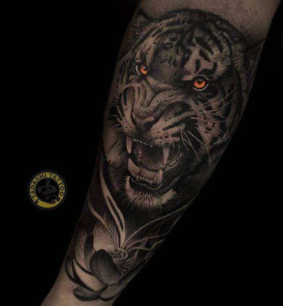 hình xăm con hổ dũng mãnh ở cánh tay đại diện cho sự quyền lực của tuổi kỷ mão