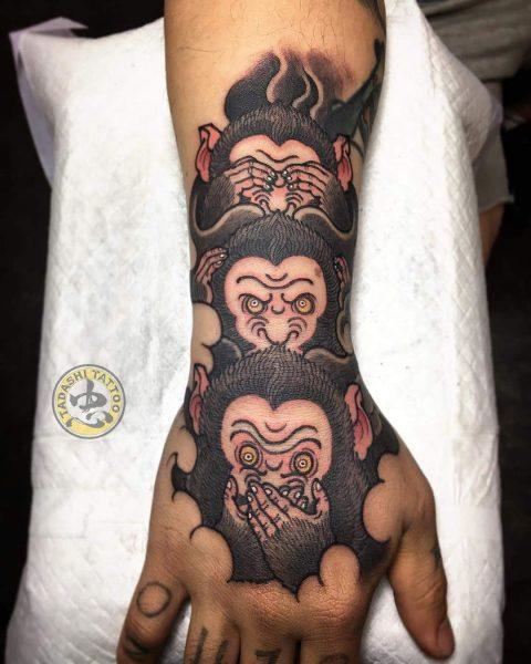hình xăm con khỉ ở cánh tay ngộ nghĩnh đáng yêu cho cô gái tuổi nhâm tuất 1982 tinh nghịch