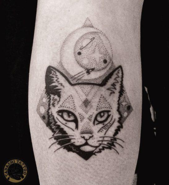 hình xăm con mèo ở bắp chân độc đáo và hợp tuổi cho nam giới sinh năm 1983
