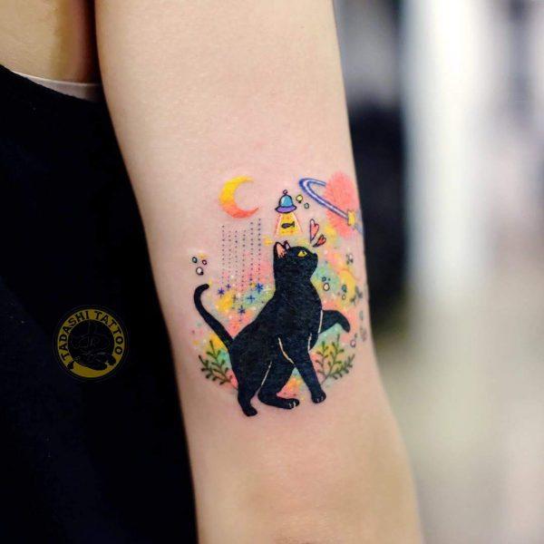 Hình xăm chú mèo đen trong đêm cho người tuổi 1993