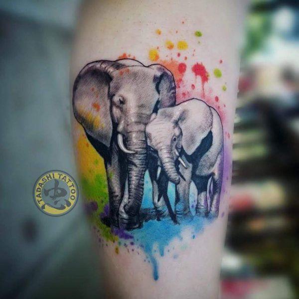 Mẫu hình xăm con voi thích hợp xăm tại các vị trí như bắp tay, cánh tay, sau lưng và bả vai cho các bạn nam sinh năm 1998