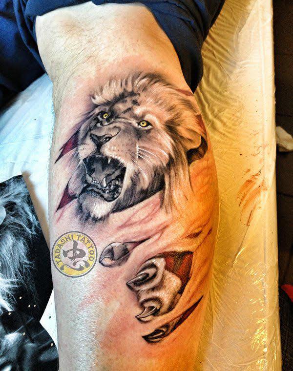 hình xăm cung sư tử ở bắp chân cùng móng vuốt đầy mạnh mẽ