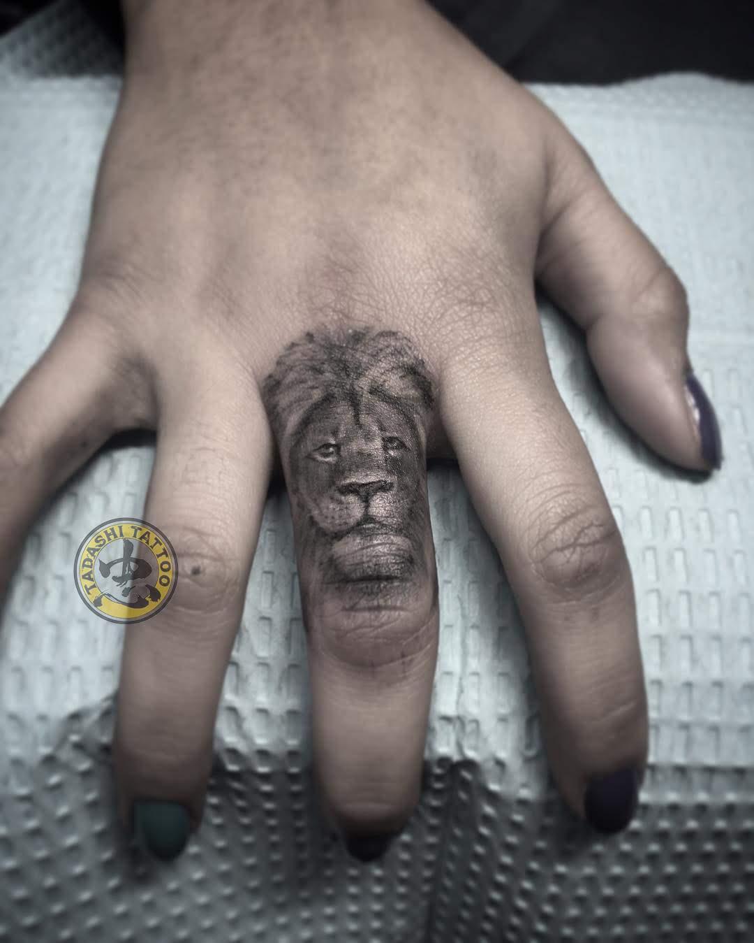 hình xăm cung sư tử ở ngon tay nhỏ nhắn đơn giản