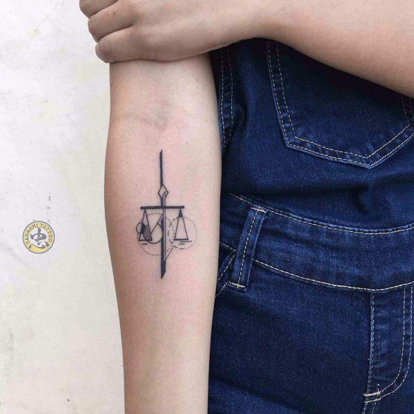 Cán cân công lý biểu tượng của hình xăm cung Thiên Bình