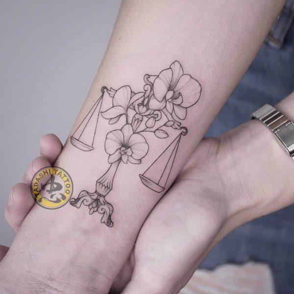 hình xăm cung thiên bình ở cổ tay nổi bật