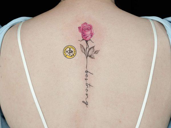 Hình xăm hoa hồng đỏ là biểu tượng của tình yêu, được các bạn nữ đặc biệt yêu thích