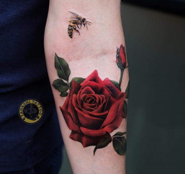 Hình xăm hoa hồng đỏ với tông đỏ rực rỡ, đầy quyến rũ và thu hút thích hợp cho phái nữ kỷ mão