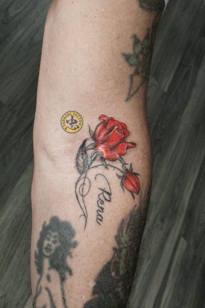 hình xăm hoa hồng đỏ ở cánh tay nữ tính cho các bạn nữ sinh năm 1986